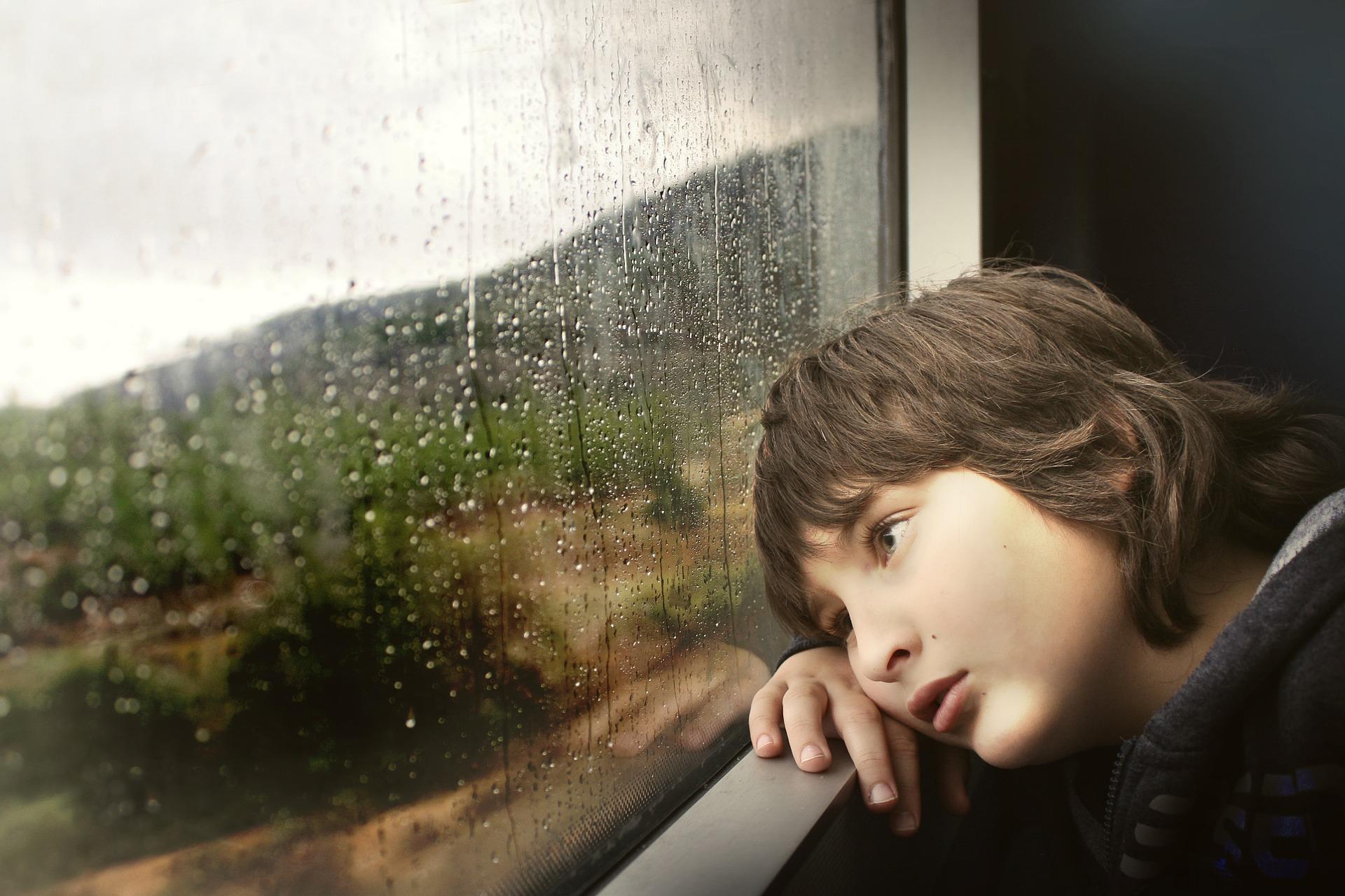 雨の日の男の子
