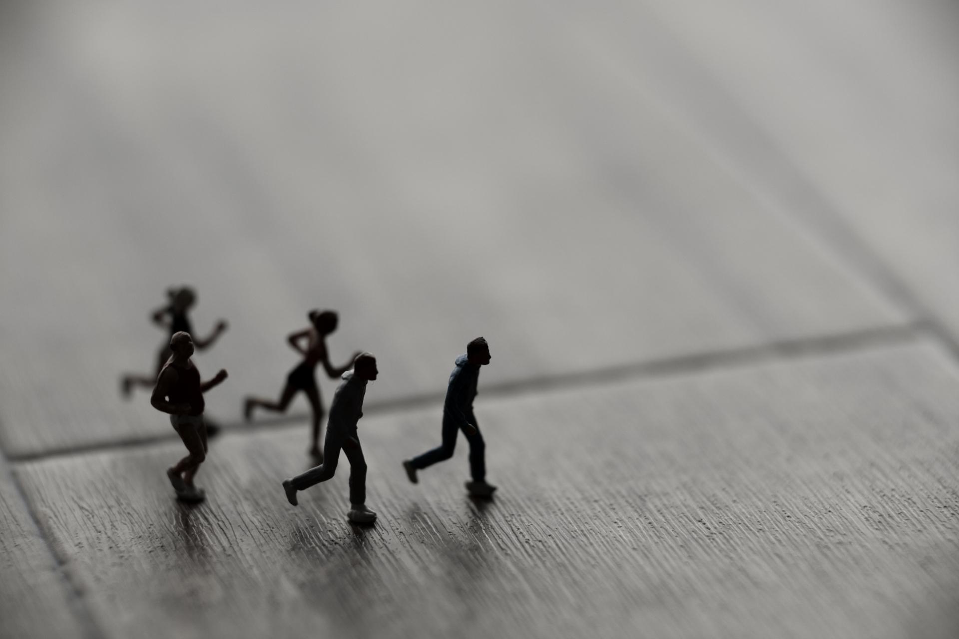 走るミニチュアの人々